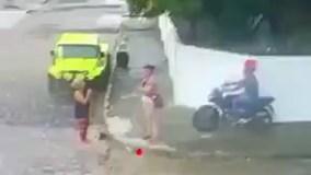 Thanh niên cầm súng đi cướp bị phụ nữ vung chổi đánh tới tấp