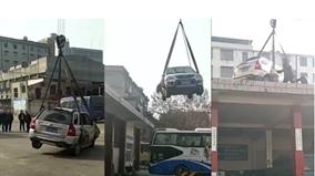 Nghênh ngang đỗ giữa trạm xe buýt, ô tô bị cẩu thẳng lên mái nhà