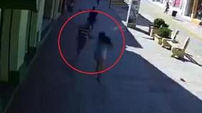 Cướp chạy bộ giật phăng túi xách, kéo lê cô gái trên đường
