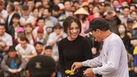 Cô gái Hải Phòng xinh đẹp tham gia hội thi đấu vật làng