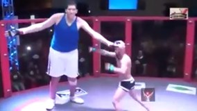 Trận đấu giữa võ sĩ cao nhất lịch sử MMA và tay đấm kém 77 cm