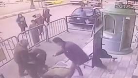 Cảnh sát Ai Cập nhanh tay cứu bé 5 tuổi rơi từ tầng 3