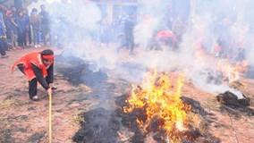 Hà Nội: Độc đáo cả làng đốt rơm thổi cơm giữa trưa