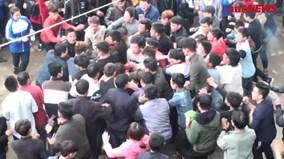 Hàng trăm người xâu xé cướp chiếu cầu quý tử ở Vĩnh Phúc