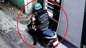 """Trộm vào ngõ phố bẻ khóa """"cuỗm"""" xe máy nhanh như chớp"""