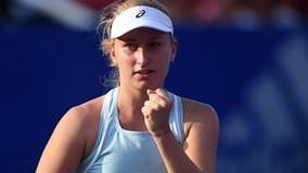 Sao quần vợt nữ giận dữ ném vợt suýt trúng cậu bé nhặt bóng