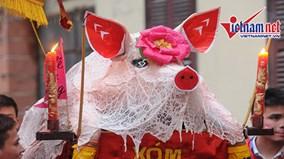 Xem 'ông lợn' La Phù được 'trang điểm', ngồi kiệu rước đi quanh làng