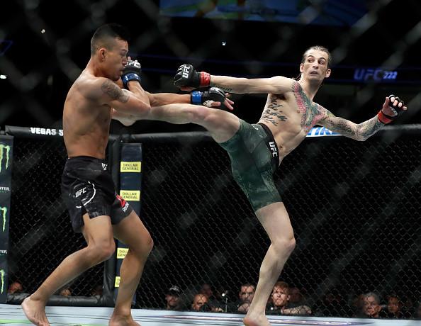 Chien thang du bi gay chan, vo si bat bai duoc UFC trao thuong hinh anh 5
