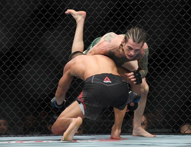 Chien thang du bi gay chan, vo si bat bai duoc UFC trao thuong hinh anh 6
