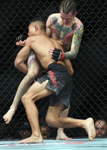 Chien thang du bi gay chan, vo si bat bai duoc UFC trao thuong hinh anh 7