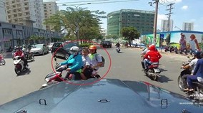 Được nhường đường giữa trưa nắng, 3 mẹ con cúi đầu cảm ơn tài xế