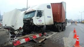 Xe container đâm nát dải phân cách, vành đai 3 tắc khủng khiếp