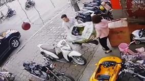 Em bé vặn ga khiến xe hai mẹ con tông thẳng vào người đi trên vỉa hè