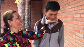 Cặp vợ chồng U50 thích thú tham gia trào lưu 'Đặt cằm lên tay'