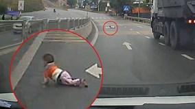 Em bé bò lổm ngổm qua đường cao tốc Quảng Ninh
