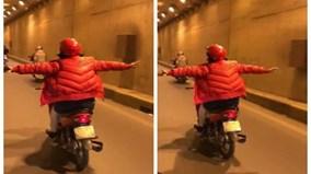 Phụ nữ lái xe máy buông cả 2 tay ở Hà Nội khiến người đi đường thất kinh