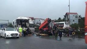 Xe khách tông xe cứu hỏa, 4 cảnh sát chữa cháy bị thương
