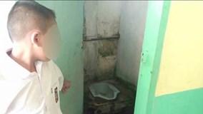 Liếm nhà vệ sinh vì quên làm bài tập?