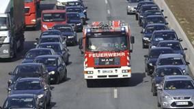 Tài xế trên thế giới nhường đường như thế nào khi gặp xe cứu hỏa?