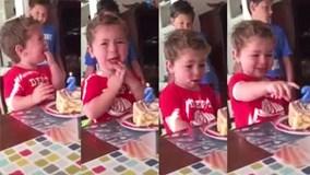 Cậu bé 2 tuổi òa khóc khi thổi nến sinh nhật vì sợ ...bị già đi