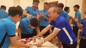 Đội tuyển Việt Nam cùng thầy Park mừng sinh nhật Xuân Mạnh ở Jordan