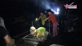 Cháy chợ ở Hà Nội: Tiểu thương lần mò trong bóng tối nhặt hàng sót lại