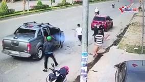 Hai băng nhóm nổ súng bắn nhau giữa đường