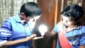 Cậu bé Ấn Độ dùng tay thắp sáng bóng đèn LED