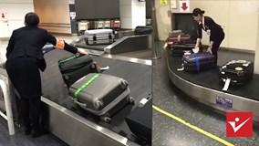 Nữ nhân viên sân bay lau và xếp lại từng chiếc vali của khách gây sốt
