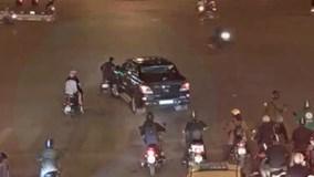 Toàn cảnh vụ ô tô kéo lê người trên phố ở ngã 6 Ô Chợ Dừa