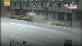 Ô tô lộn trên dải phân cách, san phẳng biến báo cột đèn vì tài xế say