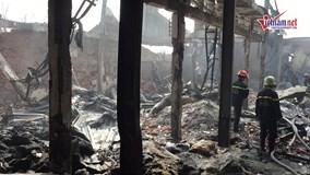 Cháy lớn khiến xưởng vật liệu đổ sập, công nhân hoảng loạn
