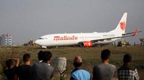 Nepal: Máy bay trượt dài, 'nằm ăn vạ' trên bãi cỏ, hàng nghìn khách mắc kẹt