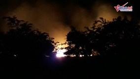 Cháy dữ dội phía tây Sài Gòn, lửa bao trùm cả khu rừng tràm