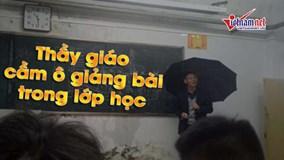 Trung Quốc: Thầy giáo vừa cầm ô vừa giảng bài trong lớp học bị dột
