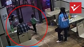 Bà bầu cố tình ngáng chân bé trai 4 tuổi trong nhà hàng gây phẫn nộ