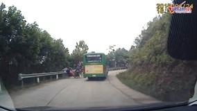 Cố vượt xe buýt ở khúc cua, xe máy chở 3 tông trực diện xe ngược chiều