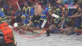 Thanh niên 'thủy chiến' trong lễ hội đua thuyền làng Đăm