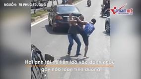 Va chạm giao thông, 2 người đàn ông lao vào đánh nhau giữa đường