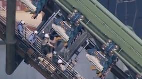Giải cứu du khách mắc kẹt trên tàu lượn siêu tốc, đầu chúi xuống đất