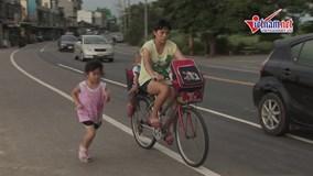 Bé gái 5 tuổi ngày ngày chạy bộ theo xe mẹ 2km từ trường về nhà
