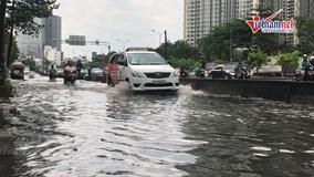Đường Sài Gòn ngập sâu nửa mét trong mưa lớn, siêu máy bơm 'tê liệt'