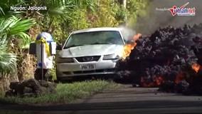 Dòng dung nham đỏ rực tràn ra đường 'nuốt chửng' xe hơi ở Hawaii