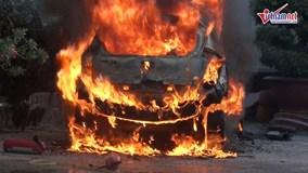 Ô tô phát nổ rồi bốc cháy ở khách sạn, khách tung cửa ôm đồ tháo chạy