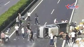 Xe tải hoa quả bị lật giữa đường và hành động của người dân