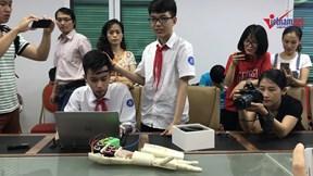 Màn điều khiển cánh tay bằng suy nghĩ của 2 học sinh lớp 8