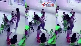 Cô giáo mầm non bất ngờ rút ghế khiến bé gái ngã ngửa giữa lớp