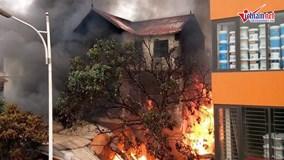 Hà Nội: Lửa cháy ngùn ngụt, bao trùm ngôi nhà cao tầng