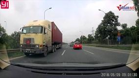 Container 'ngang nhiên' đi ngược chiều trên đại lộ Thăng Long