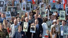 TT Putin xuống đường, dẫn đầu đoàn diễu hành hàng trăm nghìn người